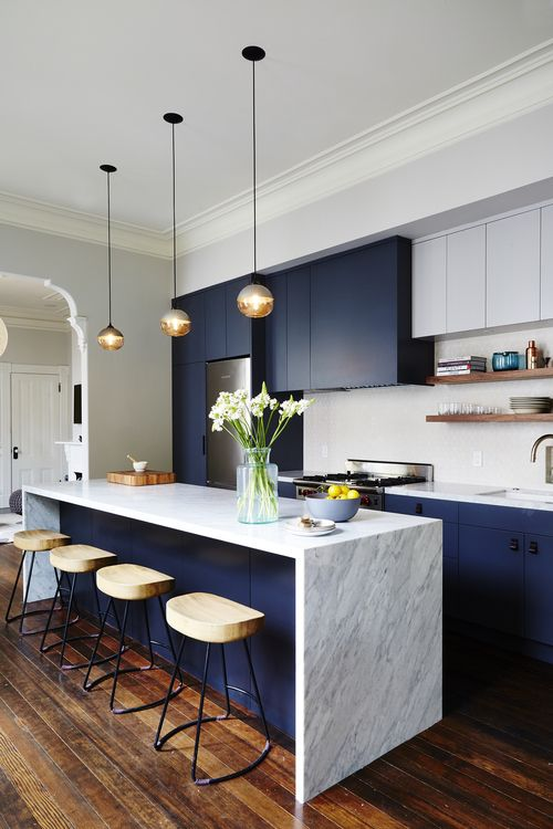 Námořnická modrá a bílá kuchyň