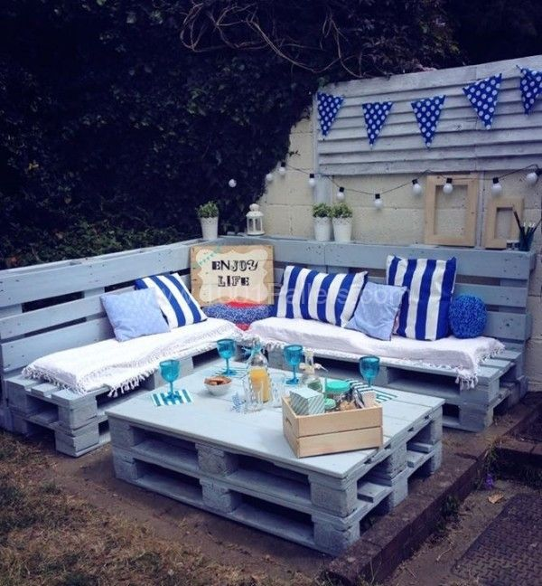 Modré paletové sezení na zahradu