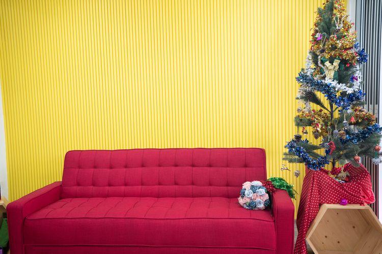 Žlutá stěna v obývacím pokoji