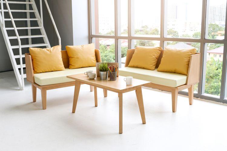 Žluté polštáře na gauči