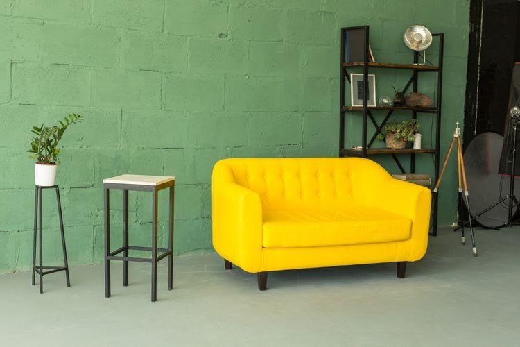 Výrazně žlutý gauč