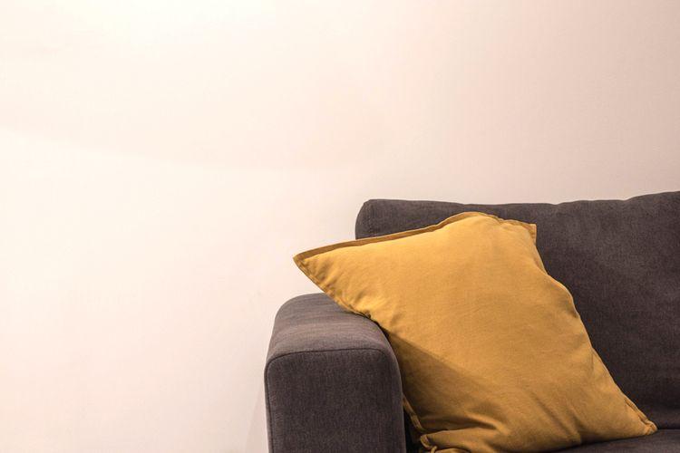 Žlutý polštář na gauči