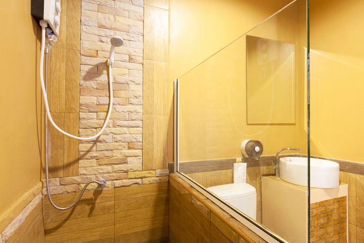 Žluté stěny v koupelně