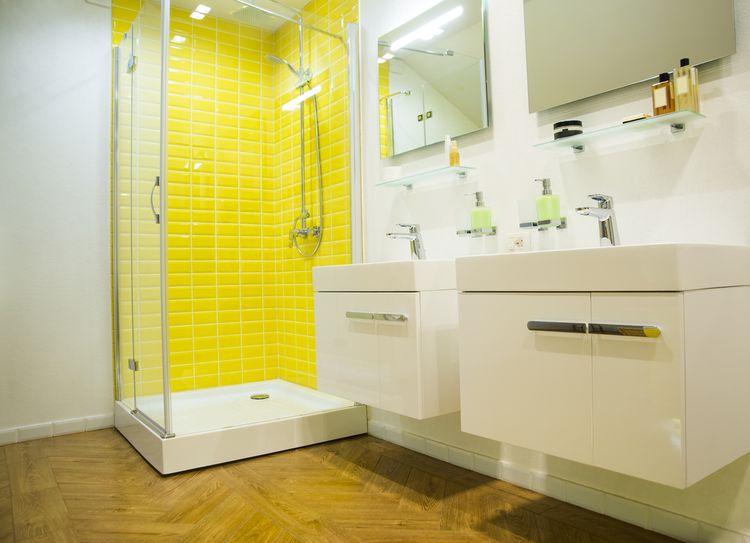 Žlutý obklad ve sprše