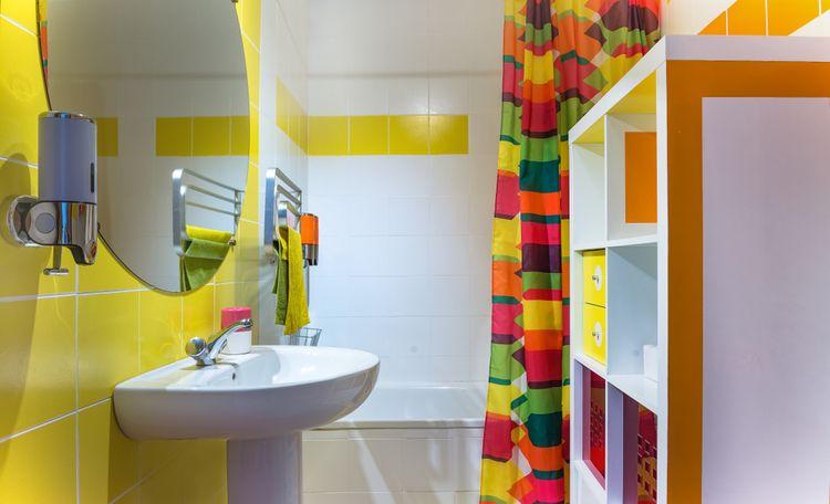 Žluté doplňky v koupelně