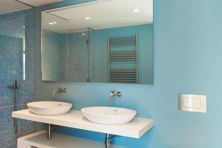 Modrá stěna v koupelně