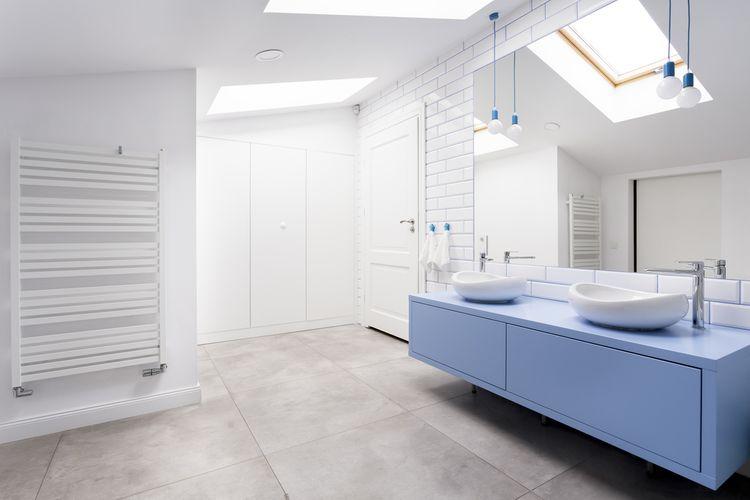 Modrá koupelnová skříňka