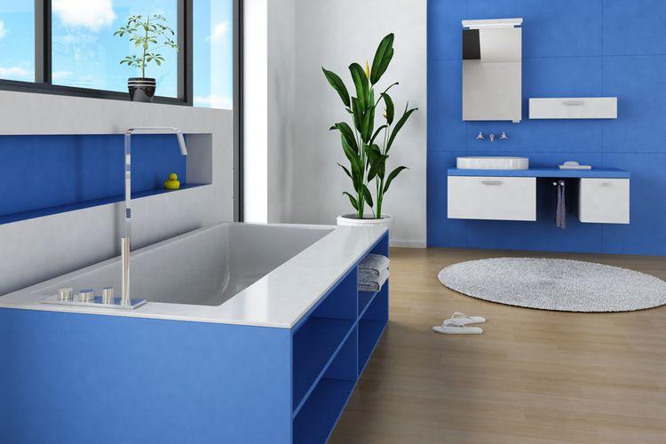 Ocelová modrá v koupelně