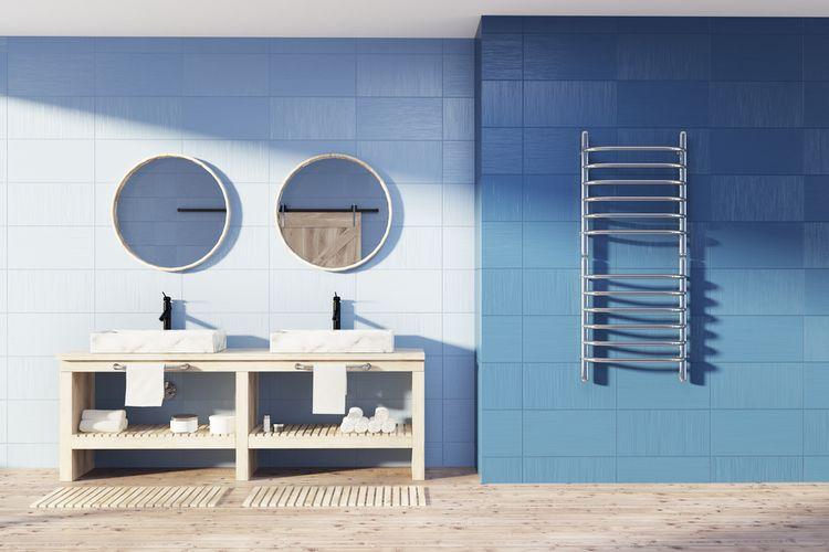 Modré kachličky na stěně