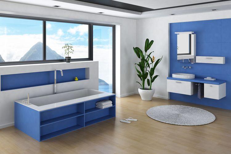 Modrá stěna a skříňka v koupelně