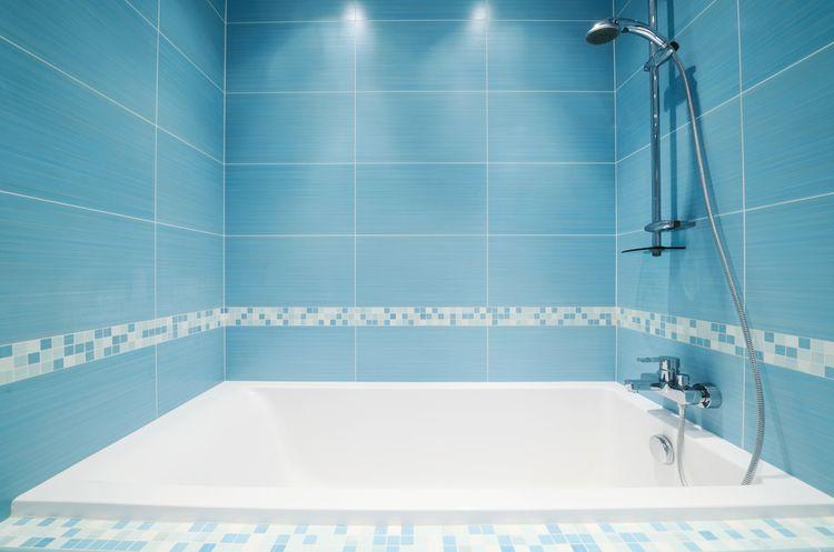 Modrá koupelnová stěna