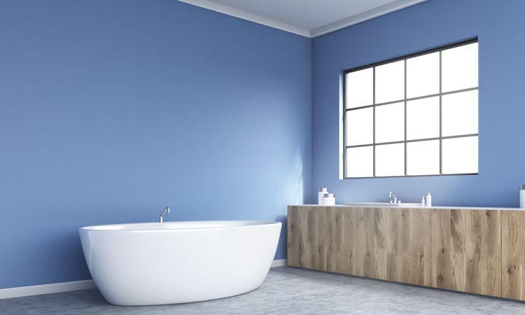 Výrazná modrá v koupelně