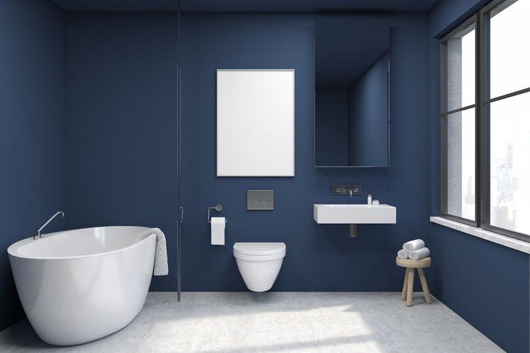 Tmavomodrá stěna v koupelně