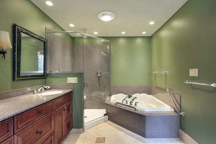 Tmavě zelené stěny v koupelně