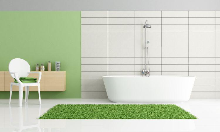 Zelený koberec a stěna v koupelně