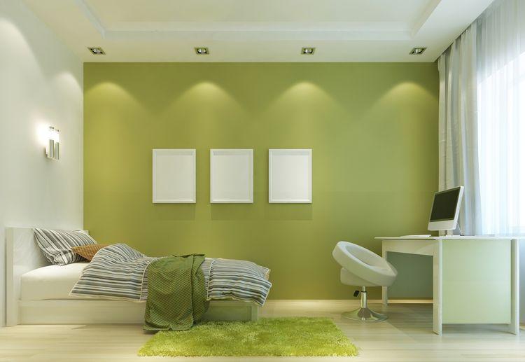 Ložnice se zelenou stěnou