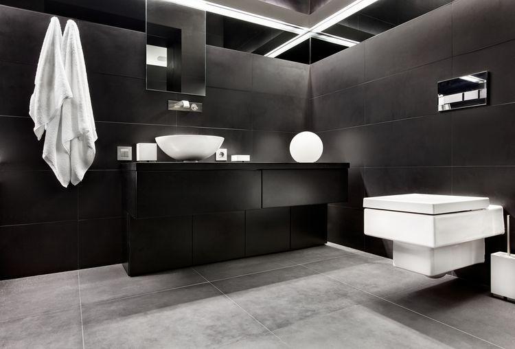 Černá koupelna s bílými doplňky