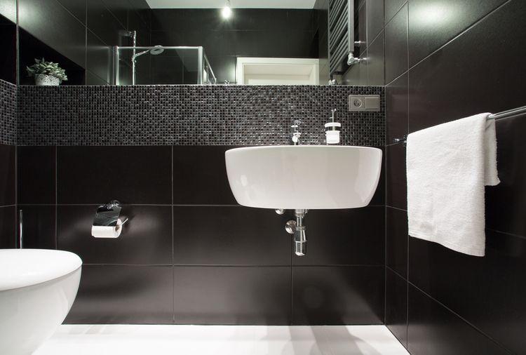 Černé stěny v koupelně