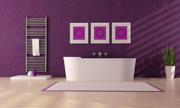 Fialová stěna v koupelně