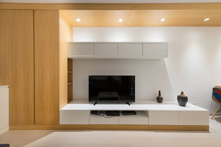 Bílá skříňka pod televizor kombinovaná se dřevem