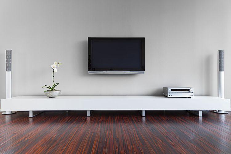 Bílá skříňka pod TV s nožičkami
