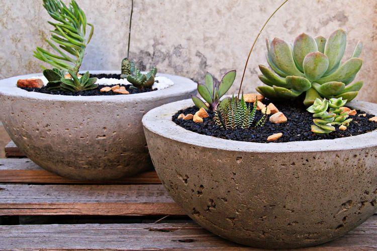 Půlkruhové betonové květináče