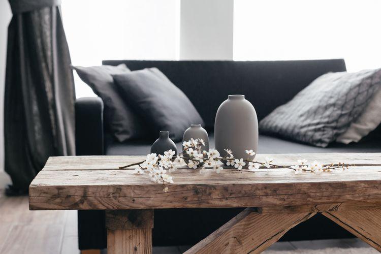 Černý gauč a dřevěný stolek