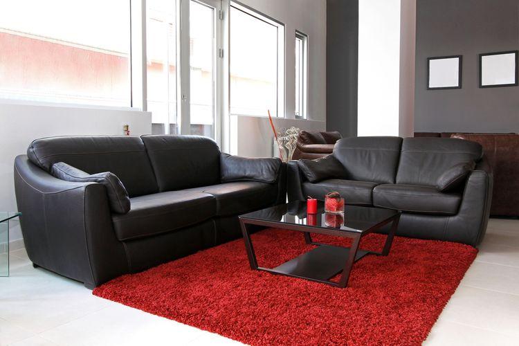 Dva černé gauče