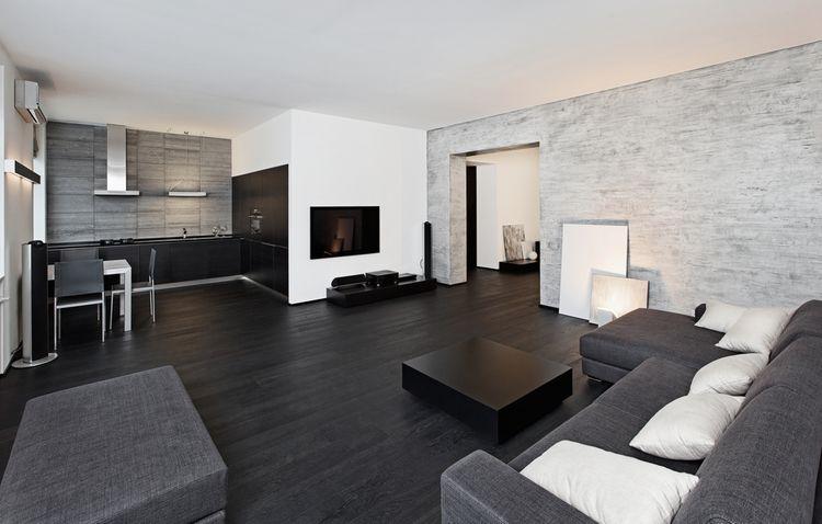 Tmavě šedý až černý gauč