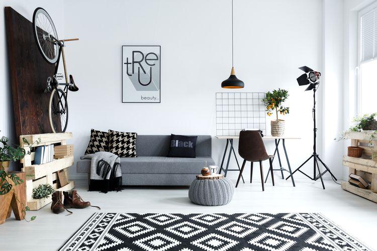 Černobílý obývací pokoj se vzory