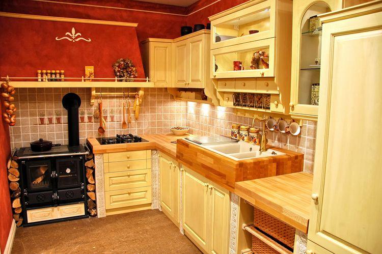 Dřevěná žlutá kuchyň