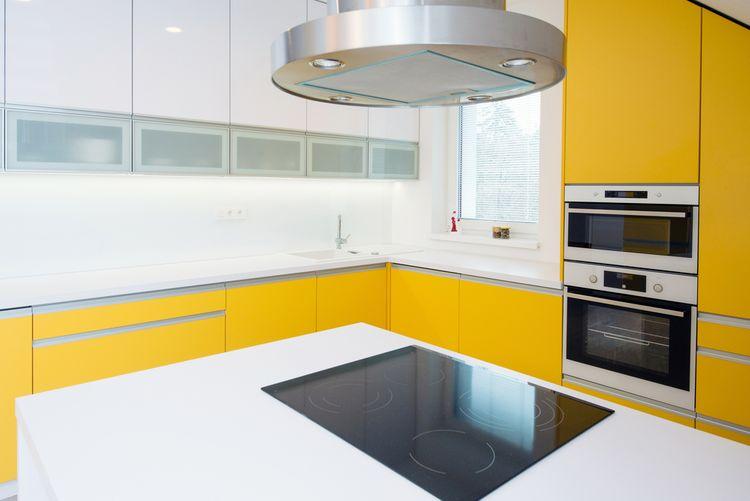 Kuchyň se žlutou linkou