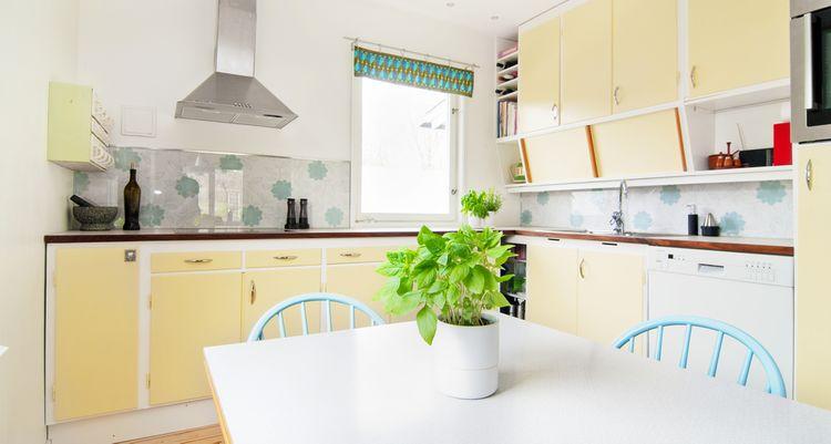 Světle žlutá kuchyň