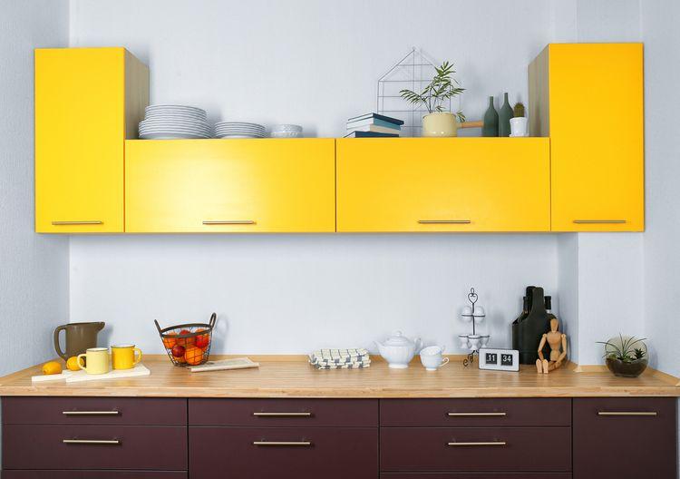 Tmavě žluté kuchyňské skříňky