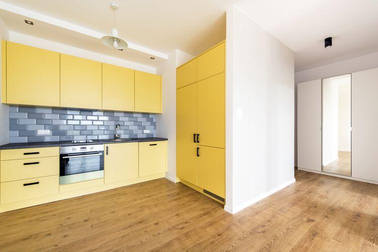 Žlutá kuchyň s modrým obložením
