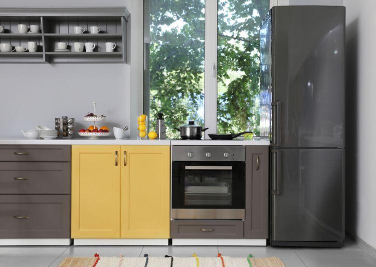 Žlutá skříňka v kuchyni