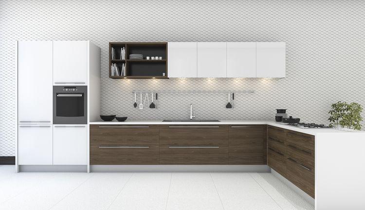 Bílá kuchyň s hnědými dvířky