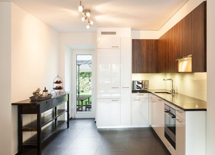 Bílé a hnědé kuchyňské skříňky