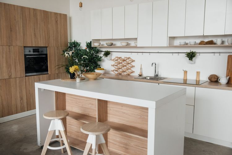 Bílo-hnědá kuchyň s ostrůvkem
