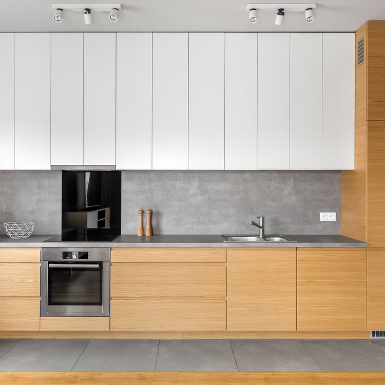 Hnědé a bílé kuchyňské skříňky