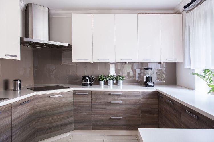 Hnědé spodní a bílé vrchní kuchyňské skříňky