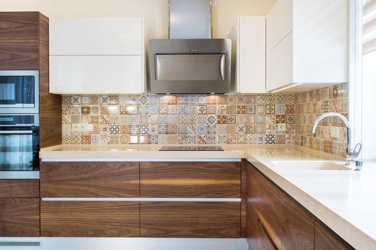 Hnědo-bílá kuchyň se vzorovaným obložením