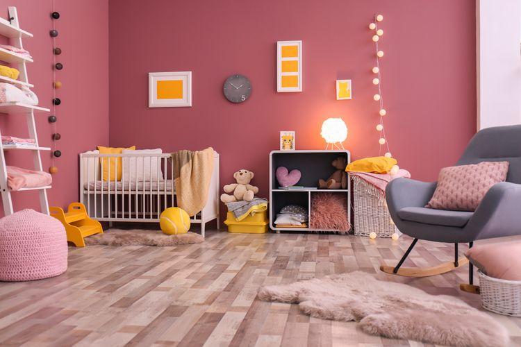 Dětský pokoj s růžovými stěnami