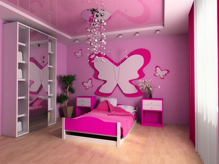 Růžový dětský pokoj s motýlem na stěně