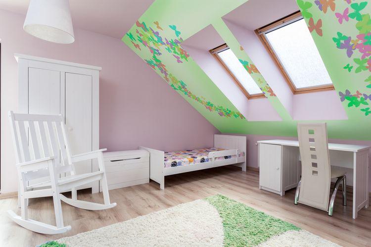 Podkrovní dětský pokoj s bílým nabytkem a růžovými stěnami