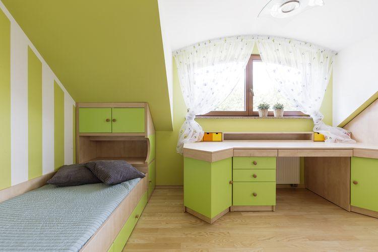Zelený podkrovní dětský pokoj