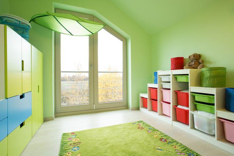 Dětský pokoj se zelenými stěnami a kobercem