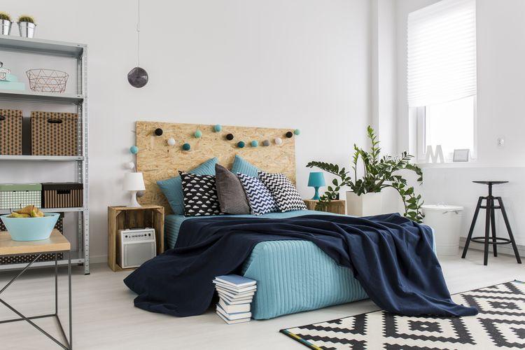 Modrá postel s korkovým záhlavím