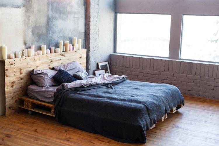 Modrá ložnice s paletovou postelí