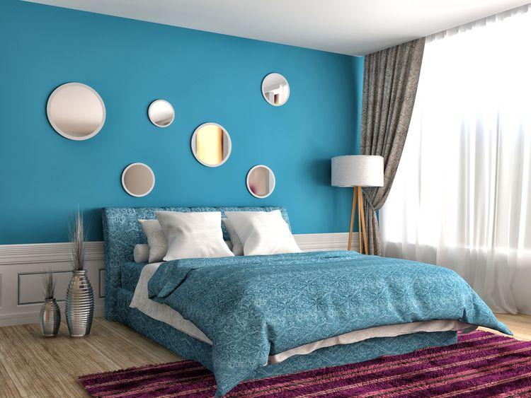 Modrá ložnice se zrcadly
